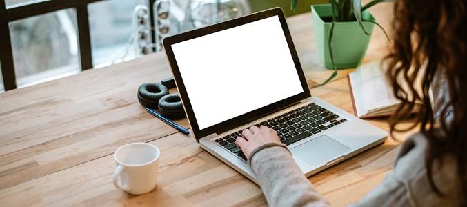 osoba przy laptopie - BIK